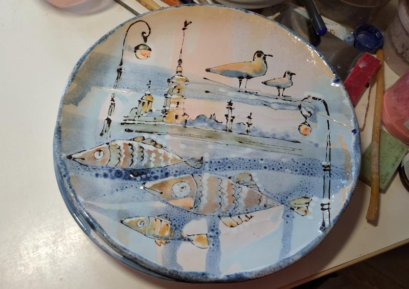 Расписанная керамическая тарелка