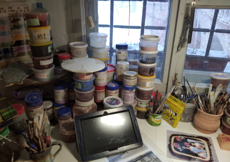 Глазурь в мастерской керамиста