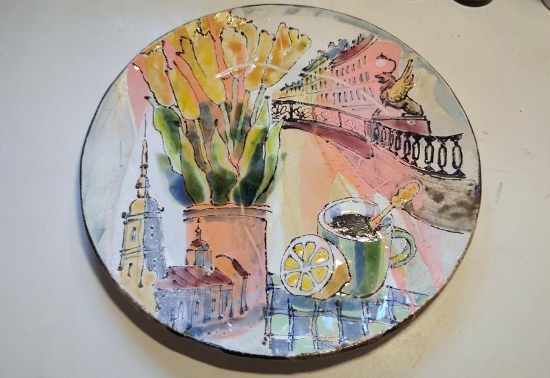 Треснутая сувенирная тарелка