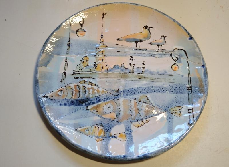 Керамическая тарелка с трещиной