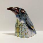 Скульптура вороны из керамики, вид слева