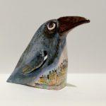 Скульптура вороны из керамики, вид справа